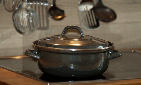 Alumini në ushqime, rreziku më i madh nga enët e kuzhinës