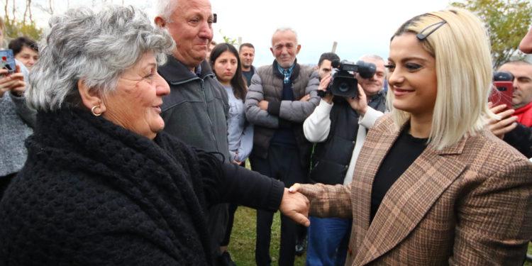 Premtimi për shqiptarët, Bebe Rexha mbledh 99 mijë dollarë