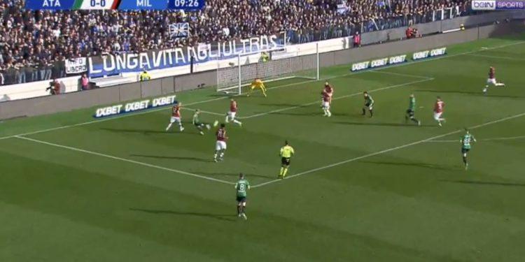 Gomez tallet me Contin dhe shënon gol spektakolar ndaj Milanit (VIDEO)