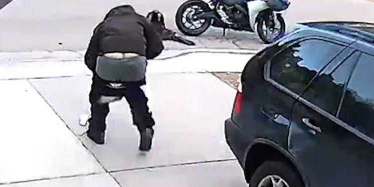 Video/ Hajdut më ters se ky nuk keni parë, shkon të vjedhë i bien pantallonat
