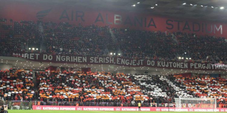 """""""Muret do ngrihen sërish, engjëjt do kujtohen përgjithmonë"""", tifozët e Partizanit dedikim viktimave të tërmetit. Ja çfarë ndodhi në stadium"""