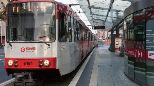 Drejtuesit të tramvait i bie të fikët, pasagjerët marrin në dorë kontrollin