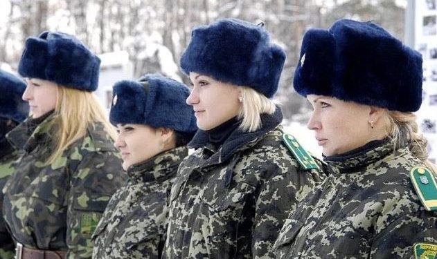 Ushtaret kufitare të Ukrainës filmohen me të brendshme, videoja bëhet virale