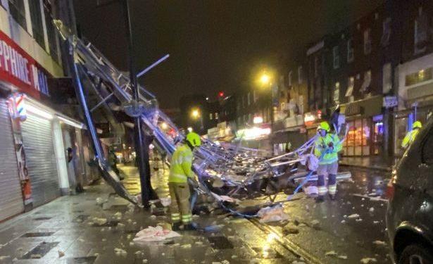 Video/ Stuhia paralizon Britaninë e Madhe, shembet çatia e një blloku banesash, anulohen fluturimet