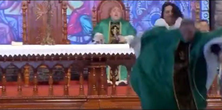 """""""Gratë e shëndosha nuk do të shkojnë në parajsë"""", prifti e pëson keq nga një grua (Video)"""