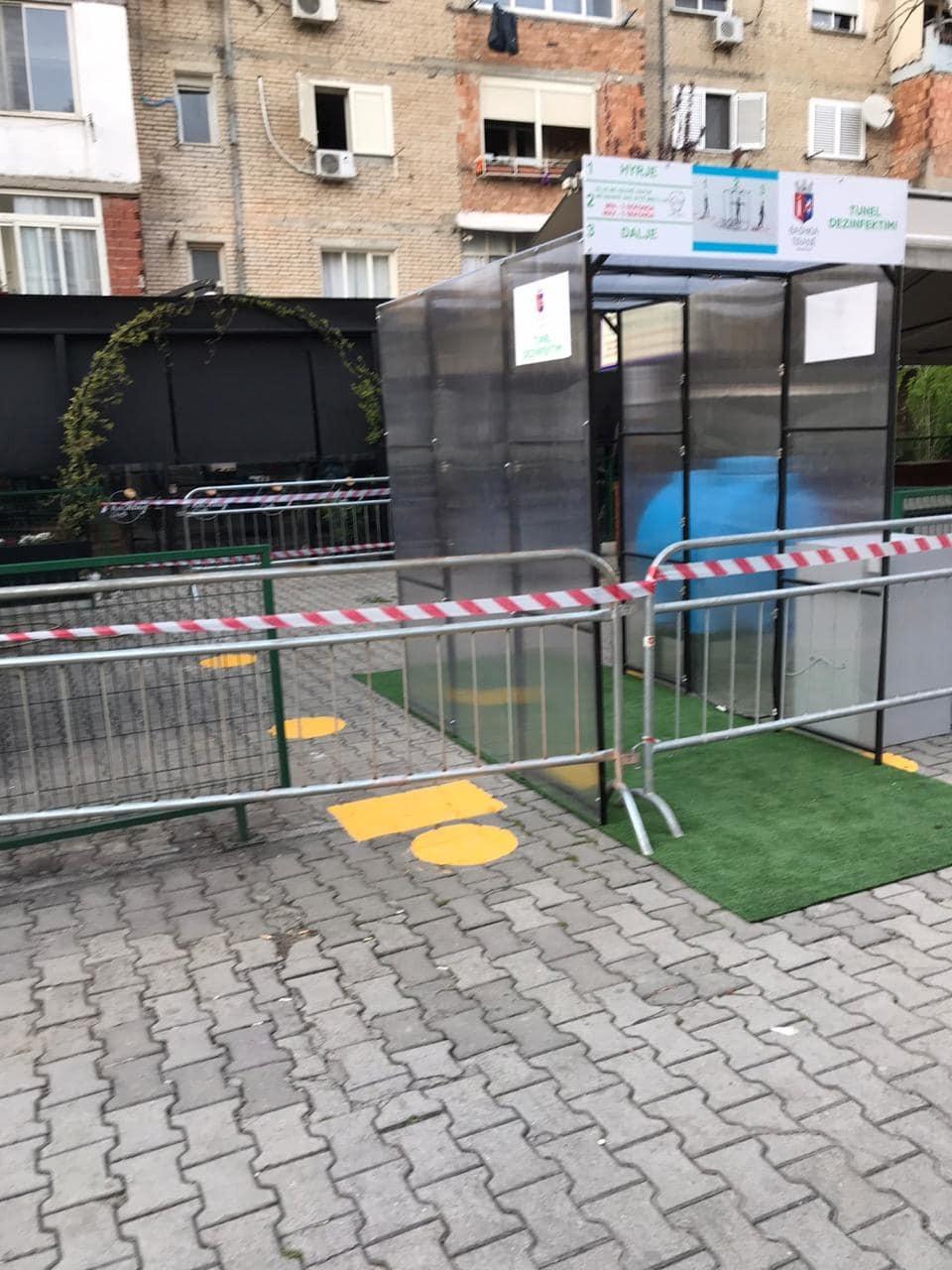 Pas suksesit në Kombinat  Bashkia e Tiranës vendos kabina dezinfektimi edhe në tregjet e tjera publike