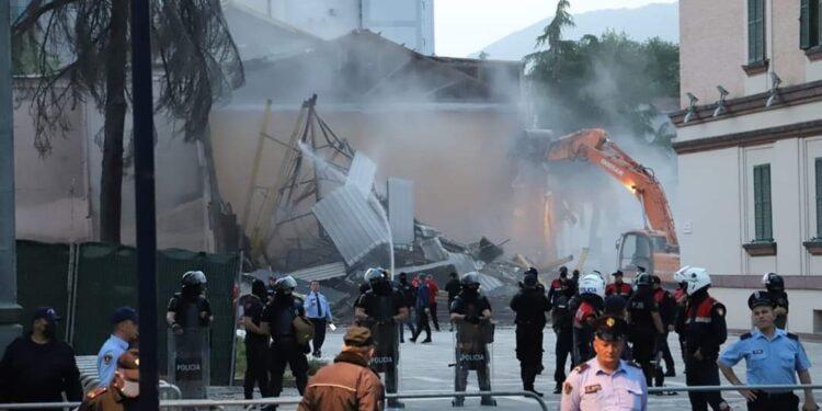 Fillon shembja e Teatrit Kombëtar me forcë e dhunë, njerëz brenda murëve kur filloi shembja