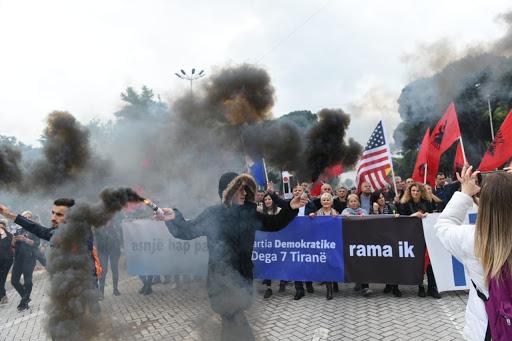 Nëse Rama ndryshon Kushtetutën, opozitës dhe popullit nuk i mbetet gjë tjetër veçse të dalë në Bulevard, me maska apo pa maska!