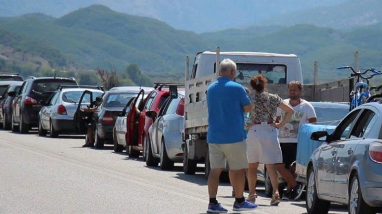 Drama e mijëra shqiptarëve në kufi, qeveria e papërgjegjshme fajëson qytetarët