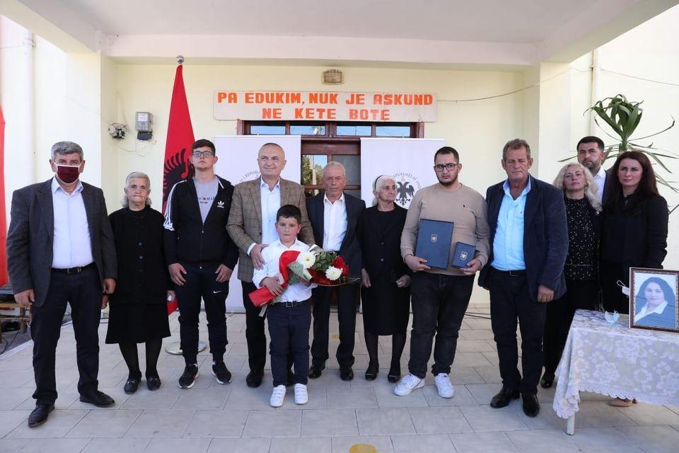 """Humbi jetën në një aksident tragjik, Presidenti Meta vlerëson mësuesen Luiza Dule me dekoratën """"Naim Frashëri"""""""