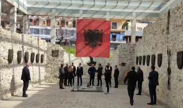 Politikanë të Kosovës, Maqedonisë së Veriut, Malit të Zi e Preshevës mblidhen në Lezhë për 577-vjetorin e Besëlidhjes, Albin Kurti: Populli shqiptar duhet të faktorizohet – Gazeta Koha Jone