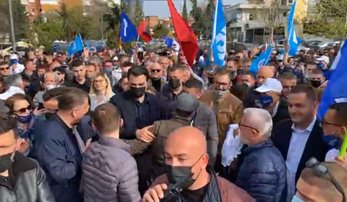 Lulzim Basha pritet nga mijëra qytetarë te ish-Fusha e Aviacionit në Tiranë (VIDEO)