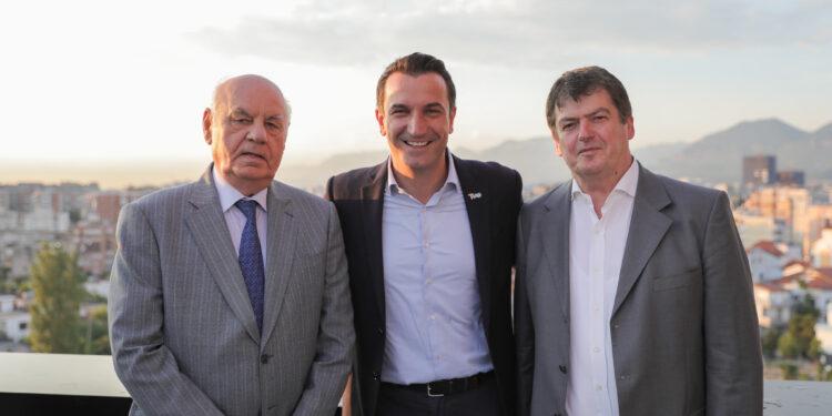 Erion Veliaj shigjeton Metën me një foto me dy ish-presidentët Moisiu dhe Topi
